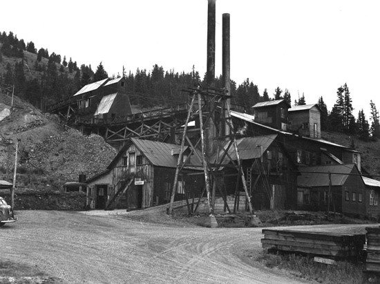 historic photo of operating fluorspar mill