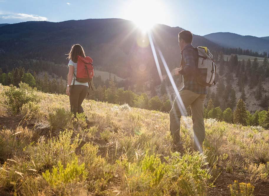 Pair hiking at 4UR